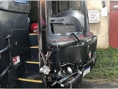 Ônibus do cantor Sinho Ferrary sofre acidente entre Ibicaraí e Itapé ao colidir com vaca