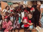 Em viagem humanitária na África, Sasha surge dançando com crianças angolanas